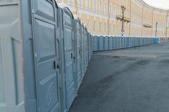 Vie della città chiusa sulle toilette pubbliche di un lucchetto fotografia stock