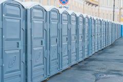 Vie della città chiusa sulle toilette pubbliche di un lucchetto immagini stock libere da diritti