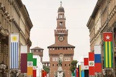 Vie della città di Milano con le bandiere Immagine Stock