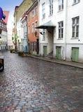 Vie della vecchia città dopo la pioggia tallinn L'Estonia fotografia stock libera da diritti