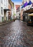 Vie della vecchia città dopo la pioggia tallinn L'Estonia fotografia stock