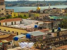 Vie di Avana con i colori luminosi e le bandiere cubane fotografia stock libera da diritti
