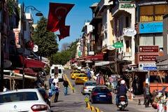 Vie di Costantinopoli con la gente, le automobili ed i segni dell'hotel Fotografia Stock Libera da Diritti