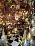 Vie di Fes o di Fes Medina - souks immagine stock