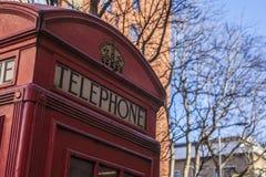 Vie di Lonodn, cabina telefonica rossa immagini stock
