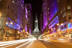 Vie di Philadelphia entro la notte Fotografie Stock