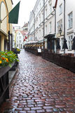 Vie di vecchia città nella pioggia Tallinn, Estonia fotografia stock