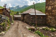 Vie e case in villaggio Ushguli Immagini Stock Libere da Diritti