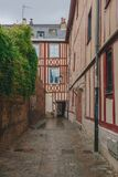 Vie e costruzioni medievali nel centro urbano di Rouen, Francia immagine stock