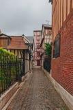 Vie e costruzioni medievali nel centro urbano di Rouen, Francia immagini stock