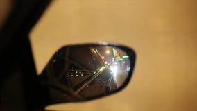 Vie illuminate della città di notte stock footage