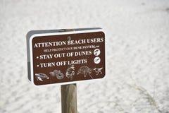 Vie marine et signe dunaire de protection de plage photos libres de droits