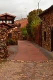 Vie molto strette di un villaggio singolare con i suoi tetti di ardesia neri in Madriguera Vita rurale di viaggio di vacanza di a Fotografia Stock