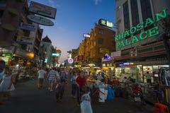 Vie nocturne de rue de randonneur de Bangkok de route de Khao San Photographie stock libre de droits