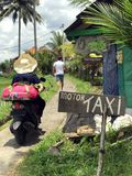 Vie quotidienne dans des strets et des extérieurs de Bali photo libre de droits