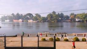 Vie quotidienne de peuples malgaches sur la rivière au Madagascar banque de vidéos