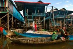 Vie réelle sur le lac de sève de Tonle Village de Floatting, Cambodge Femme Photo stock