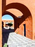 Vie rosse della facciata di Santa Catalina Monastery a Arequipa, Perù, Sudamerica fotografia stock libera da diritti