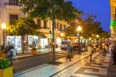 Vie storiche del centro urbano di Funchal con la camminata della gente Fotografia Stock