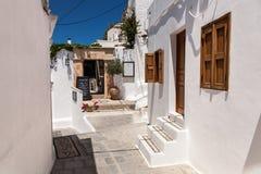 Vie strette e costruzioni greche tipiche nella città di Lindos immagine stock libera da diritti