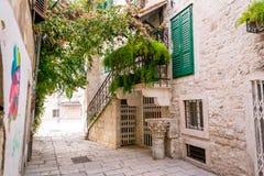 Vie strette nella vecchia città della spaccatura in uno stile Mediterraneo Fotografia Stock Libera da Diritti