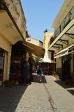 Vie strette nella vicinanza veneziana di stile dei negozi di ricordo di Chania Repeltas Viaggio di architettura di storia Fotografia Stock Libera da Diritti