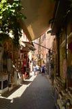 Vie strette nella vicinanza veneziana di stile dei negozi di ricordo di Chania Repeltas Viaggio di architettura di storia Immagini Stock