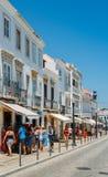 Vie strette tradizionali nel centro storico della città di Tavira, Algarve, Portogallo del sud immagini stock
