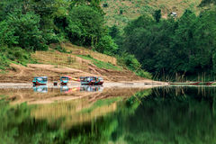 Vie sur une terre voyageant en un bateau Photo libre de droits