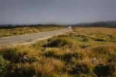 Viecle идет через туман Стоковые Изображения