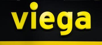 Viega firmy logo Plastikowi kolorów żółtych listy z światłami na czarnej ścianie Fotografia Royalty Free
