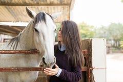 Viehzüchter, der Spaß mit Pferd hat stockfotografie
