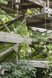 Vieil échafaudage laissé sur un entrepôt abandonné photos libres de droits