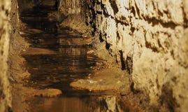 Vieil égout souterrain historique de courant images libres de droits