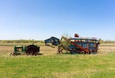 Vieil équipement abandonné de ferme dans un pré Photo stock