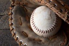 Vieil équipement de base-ball utilisé Images stock