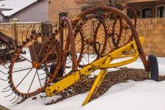 Vieil équipement de ferme en hiver Photographie stock