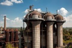 Vieil équipement de haut fourneau de l'usine métallurgique dans Landsc Image stock