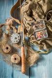 Vieil équipement pour pêcher avec la canne à pêche et les attraits Images stock
