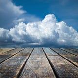 Vieil étage en bois de point de vue et ciel nuageux Photo stock