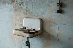 Vieil évier rouillé avec les montages cassés photo stock