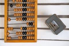 Vieil abaque en bois et une perforatrice Photo stock