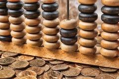 Vieil abaque en bois sur des pièces de monnaie Image stock