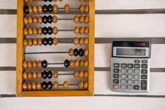 Vieil abaque et calculatrice moderne Images libres de droits