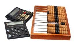Vieil abaque et deux calculatrices Photographie stock libre de droits