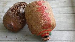 Vieil abat-jour de papier en bambou chinois dans le vieux plancher en bois Photos libres de droits