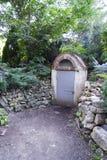 Vieil abri antiaérien dans la forêt avec une porte fermée obligatoire Photo libre de droits