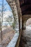 Vieil abri arqué de pierre d'air ouvert avec le plafond en bois le long du lac Michigan sur le rivage du nord de Chicago Image stock