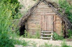 Vieil abri solide de cabine de log caché dans la forêt image stock