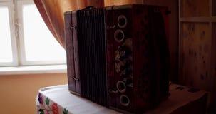 Vieil accordéon dans le musée banque de vidéos